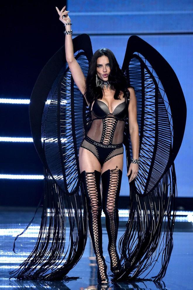"""Chia tay thiên thần khóc"""" Adriana Lima - cô gái dành cả thanh xuân để tỏa sáng trên sàn diễn Victoria's Secret Fashion Show - ảnh 7"""
