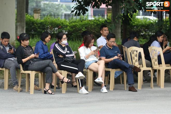 VFF xếp ghế ngồi cho người hâm mộ, tăng cường an ninh tối đa phục vụ công tác bán vé - ảnh 1