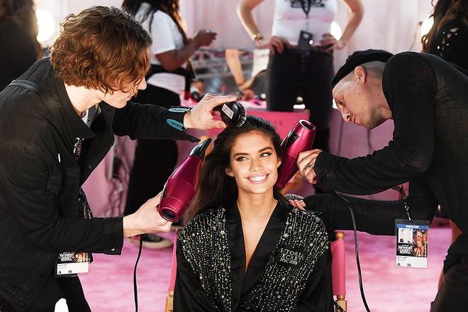 Hậu trường Victoria's Secret Show 2018: Không diện áo choàng hồng như mọi năm, dàn mẫu diện áo đen siêu quyến rũ - Ảnh 18.