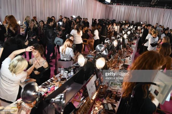 Hậu trường Victoria's Secret Show 2018: Không diện áo choàng hồng như mọi năm, dàn mẫu diện áo đen siêu quyến rũ - Ảnh 24.