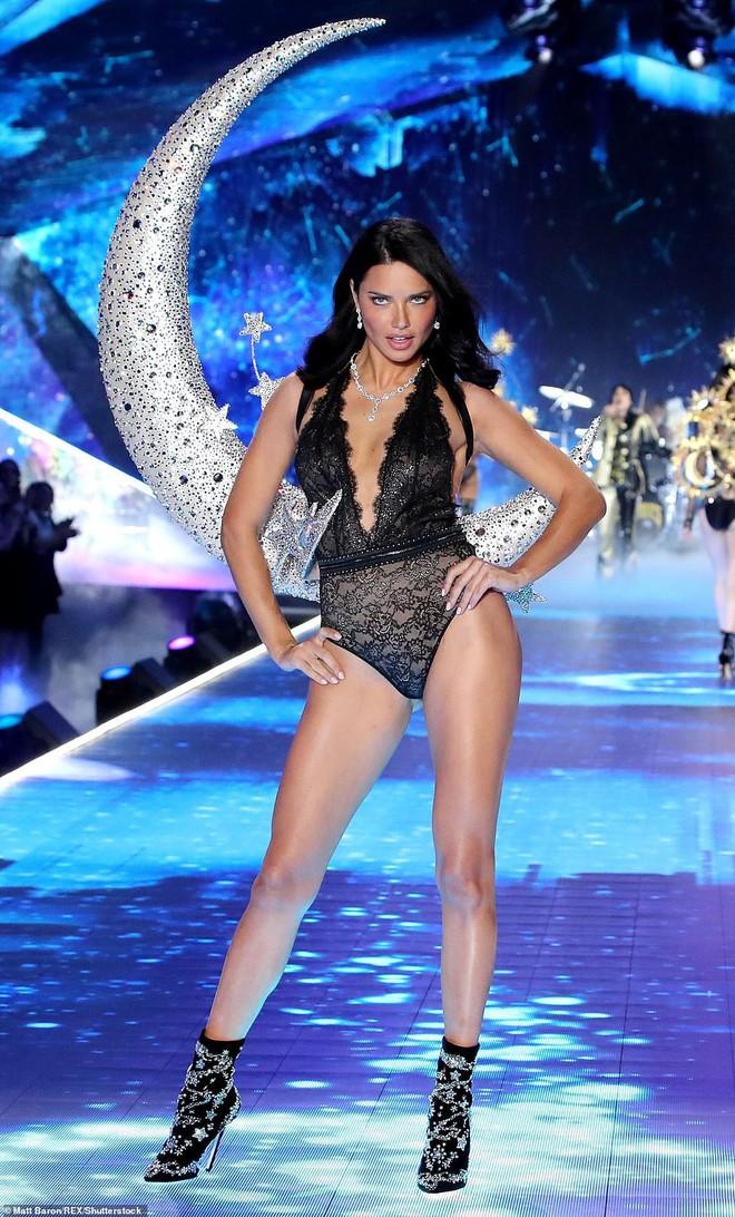 Thiên thần chị cả Adriana Lima chính thức chia tay Victorias Secret Fashion Show, xúc động bật khóc ngay trên sân khấu cuối cùng - Ảnh 14.