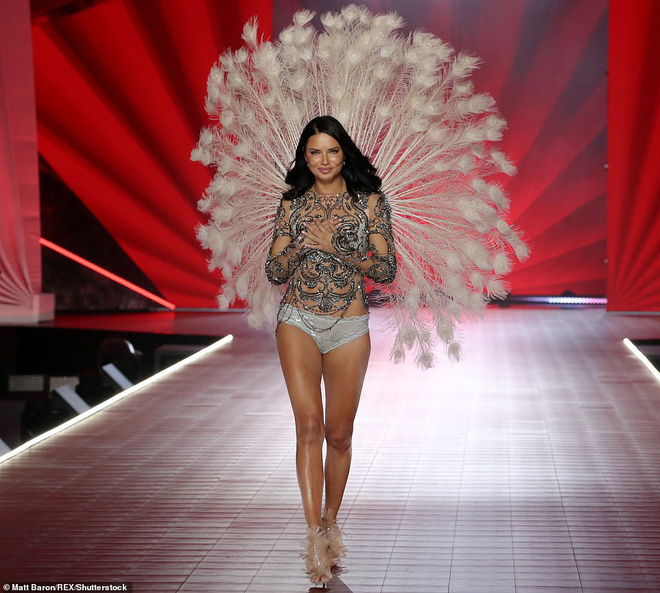 Thiên thần chị cả Adriana Lima chính thức chia tay Victorias Secret Fashion Show, xúc động bật khóc ngay trên sân khấu cuối cùng - Ảnh 12.