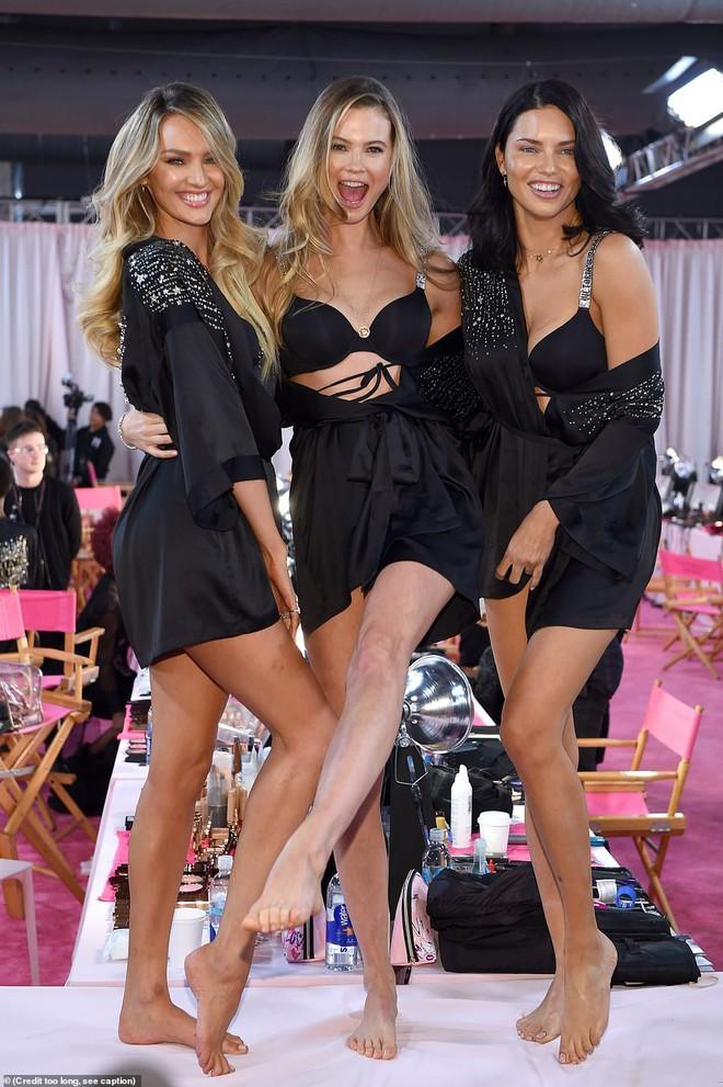Thiên thần chị cả Adriana Lima chính thức chia tay Victorias Secret Fashion Show, xúc động bật khóc ngay trên sân khấu cuối cùng - Ảnh 20.
