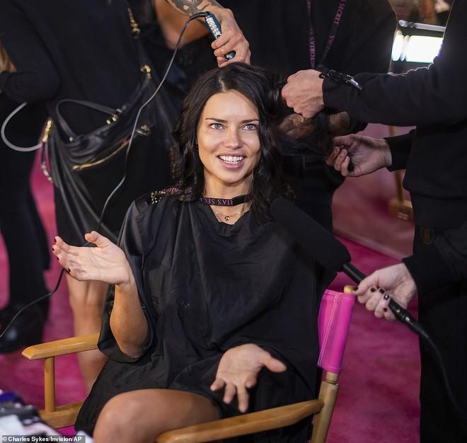 Thiên thần chị cả Adriana Lima chính thức chia tay Victorias Secret Fashion Show, xúc động bật khóc ngay trên sân khấu cuối cùng - Ảnh 19.
