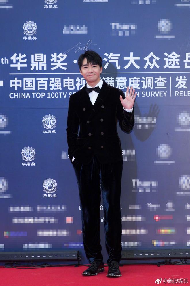 Thảm đỏ LHP Hoa Đỉnh: Hoa hậu Hong Kong diện đầm xuyên thấu khoe body, Ngô Cẩn Ngôn bánh bèo với váy xẻ sâu - ảnh 6