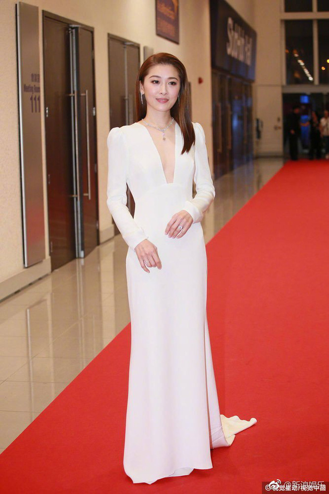 Thảm đỏ LHP Hoa Đỉnh: Hoa hậu Hong Kong diện đầm xuyên thấu khoe body, Ngô Cẩn Ngôn bánh bèo với váy xẻ sâu - ảnh 7