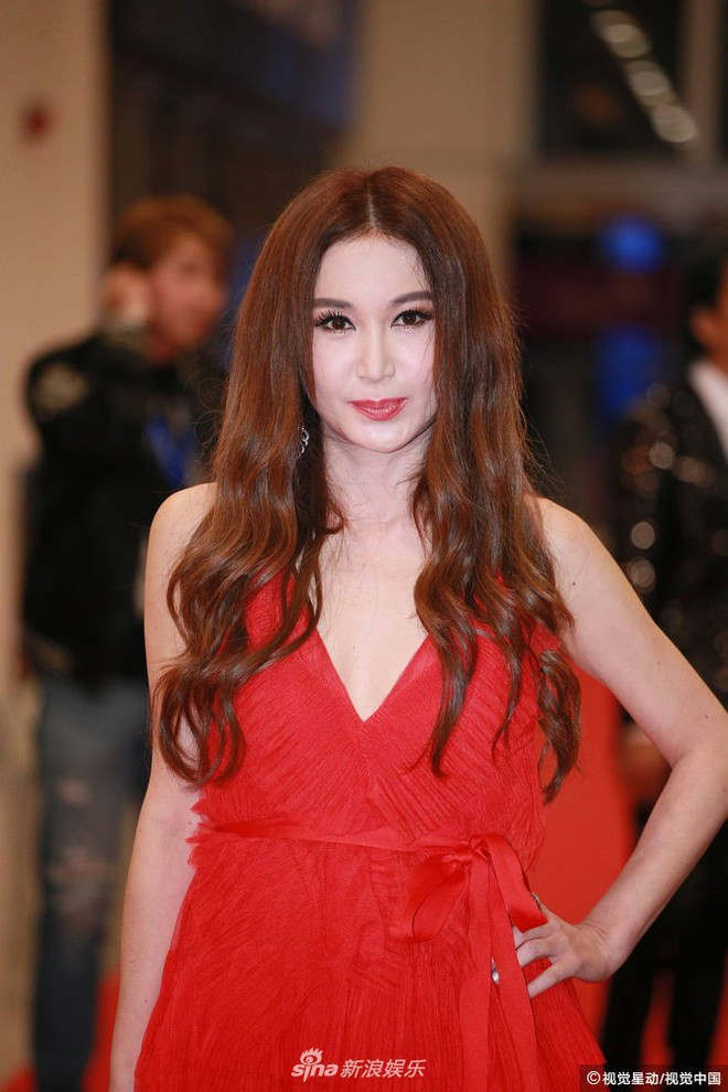 Thảm đỏ LHP Hoa Đỉnh: Hoa hậu Hong Kong diện đầm xuyên thấu khoe body, Ngô Cẩn Ngôn bánh bèo với váy xẻ sâu - ảnh 10