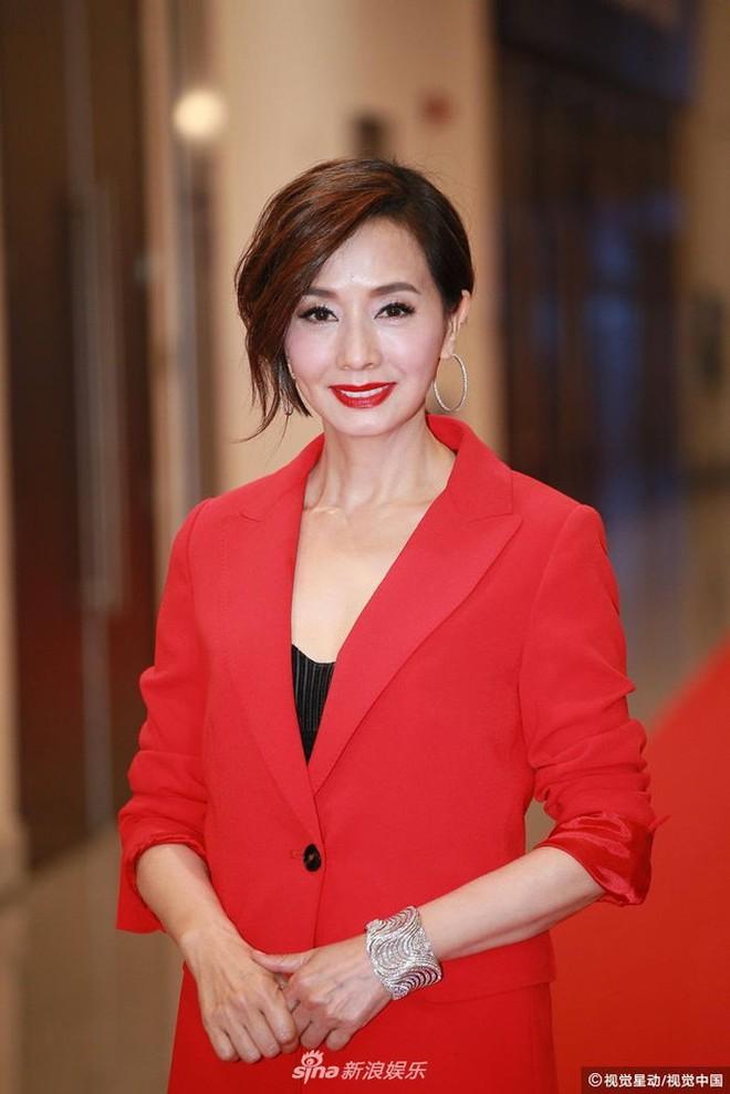 Thảm đỏ LHP Hoa Đỉnh: Hoa hậu Hong Kong diện đầm xuyên thấu khoe body, Ngô Cẩn Ngôn bánh bèo với váy xẻ sâu - ảnh 15