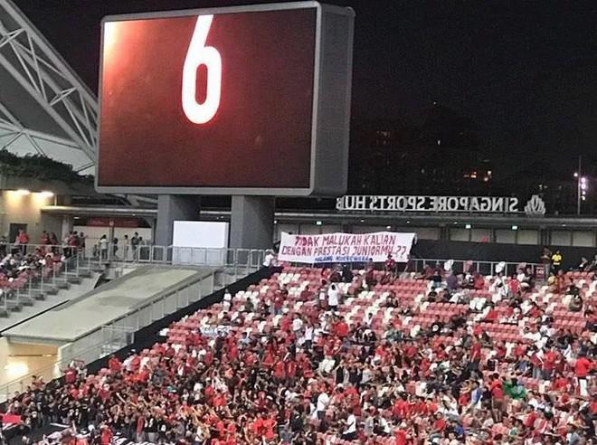 CĐV Indonesia dùng băng-rôn chế giễu chính đội tuyển con cưng trong trận mở màn AFF Cup - ảnh 1