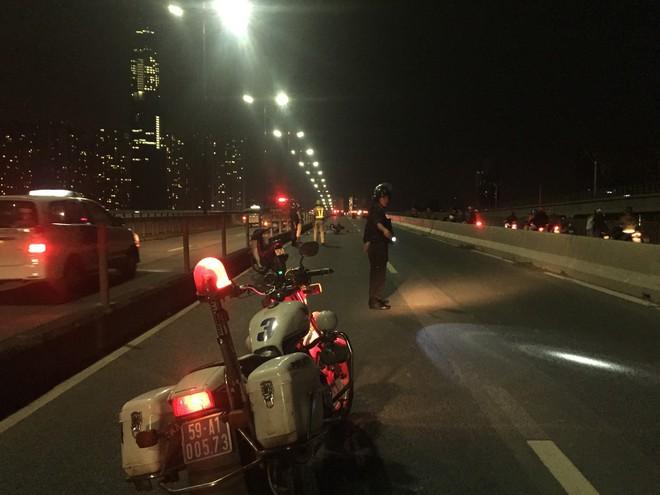 Người thân ngất lịm bên thi thể thanh niên 9X tử vong trên cầu Sài Gòn - Ảnh 1.