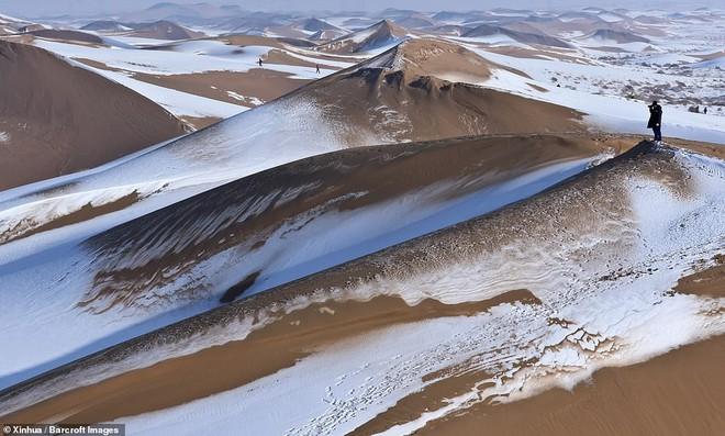 Nhiệt độ xuống -25 độ C, sa mạc ở Trung Quốc phủ đầy tuyết trắng - ảnh 7