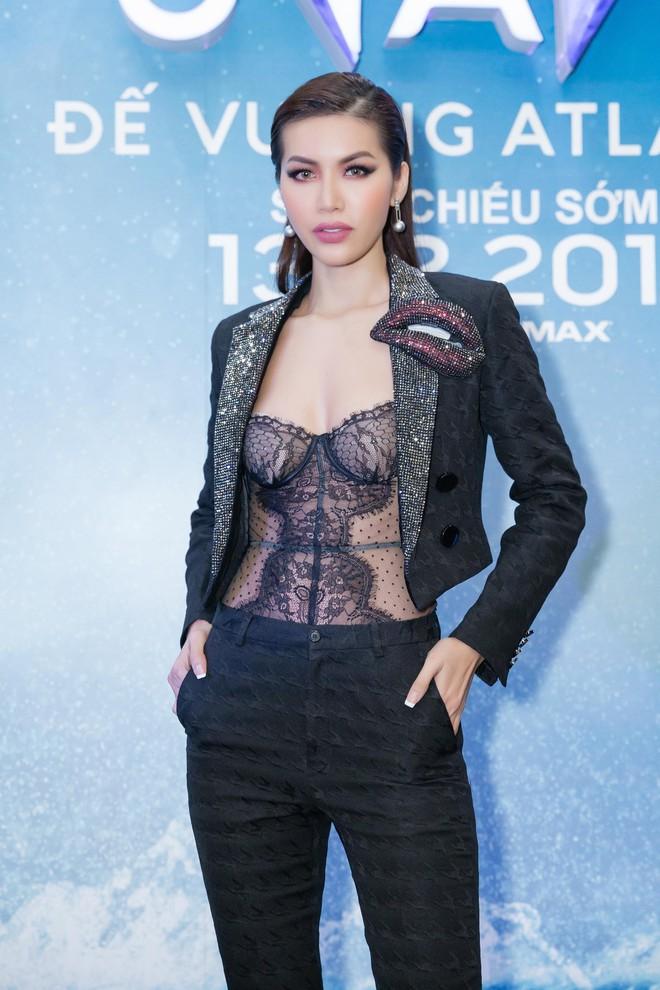 """Minh Tú diện áo xuyên thấu gợi cảm táo bạo dự ra mắt phim """"Aquaman"""" - ảnh 1"""