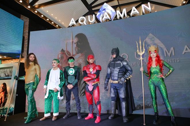 """Minh Tú diện áo xuyên thấu gợi cảm táo bạo dự ra mắt phim """"Aquaman"""" - ảnh 13"""