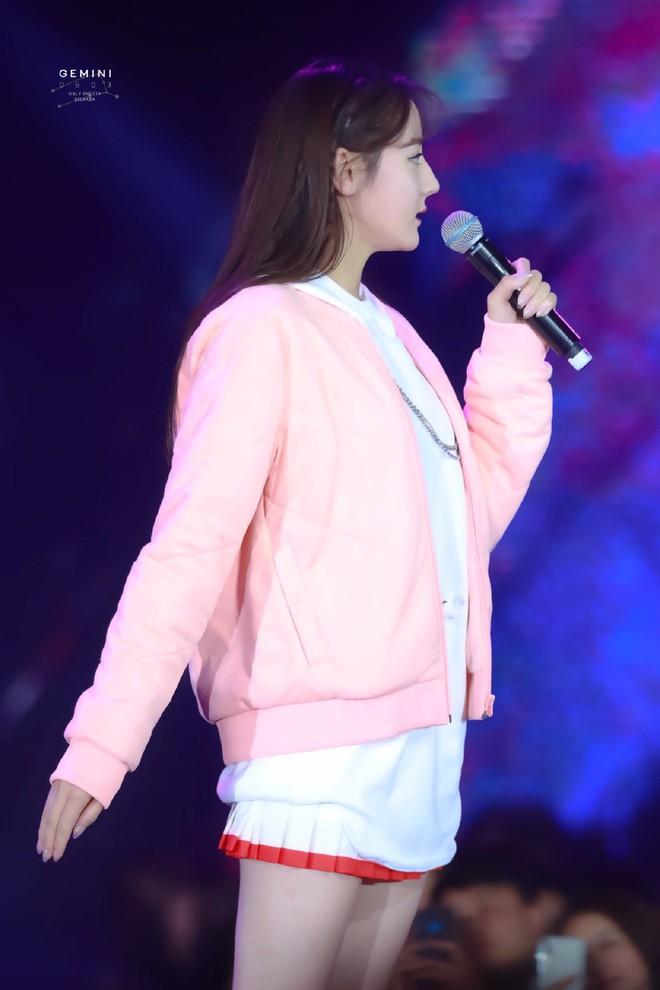 """Địch Lệ Nhiệt Ba lại """"đốn tim"""" dân tình khi tết tóc, diện đồ nữ sinh cute như idol Kpop - Ảnh 4."""