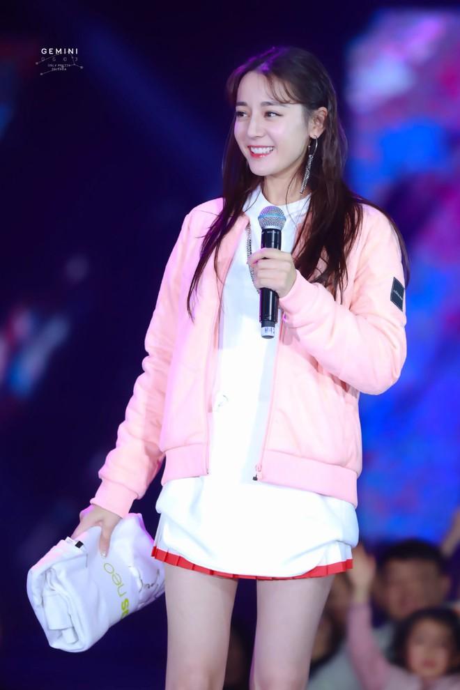 """Địch Lệ Nhiệt Ba lại """"đốn tim"""" dân tình khi tết tóc, diện đồ nữ sinh cute như idol Kpop - Ảnh 5."""