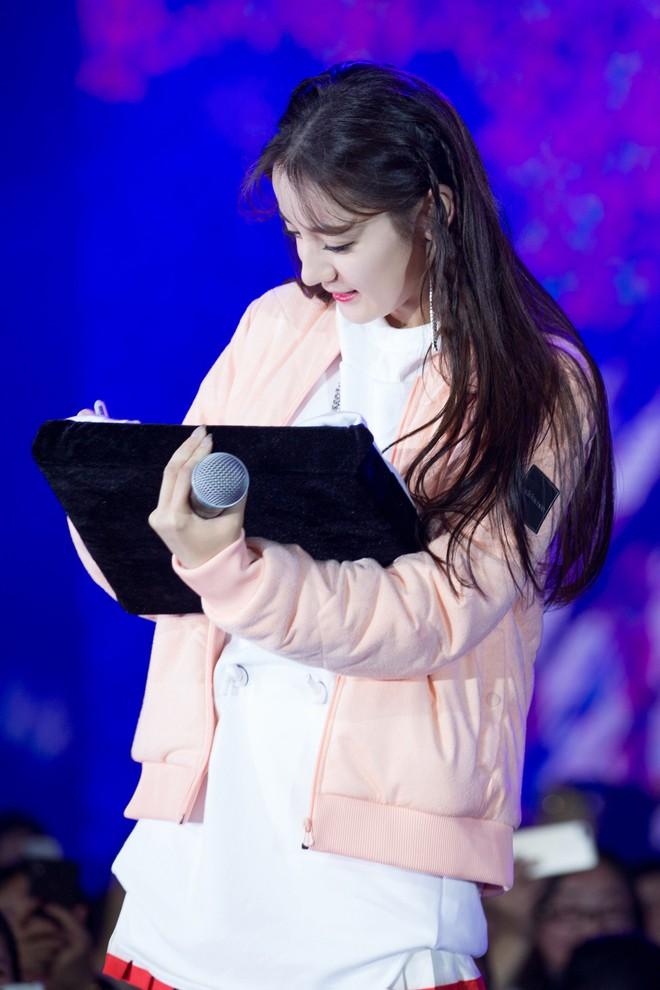 """Địch Lệ Nhiệt Ba lại """"đốn tim"""" dân tình khi tết tóc, diện đồ nữ sinh cute như idol Kpop - Ảnh 3."""