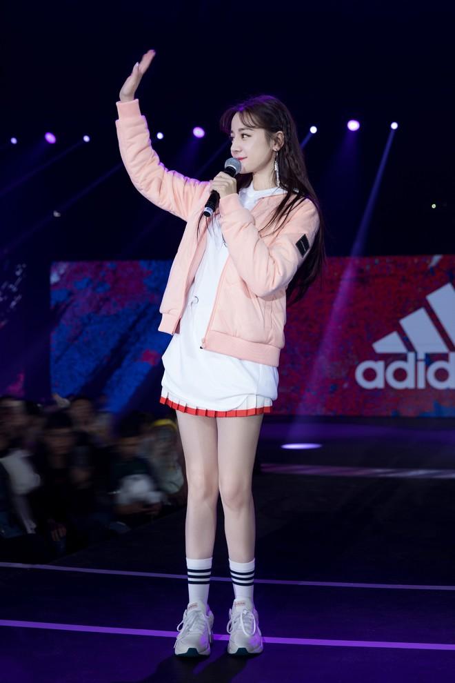 """Địch Lệ Nhiệt Ba lại """"đốn tim"""" dân tình khi tết tóc, diện đồ nữ sinh cute như idol Kpop - Ảnh 2."""