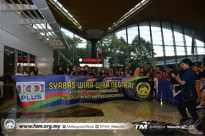 Thất bại trước Việt Nam, đội tuyển Malaysia vẫn được chào đón như những người hùng khi về nước - ảnh 1