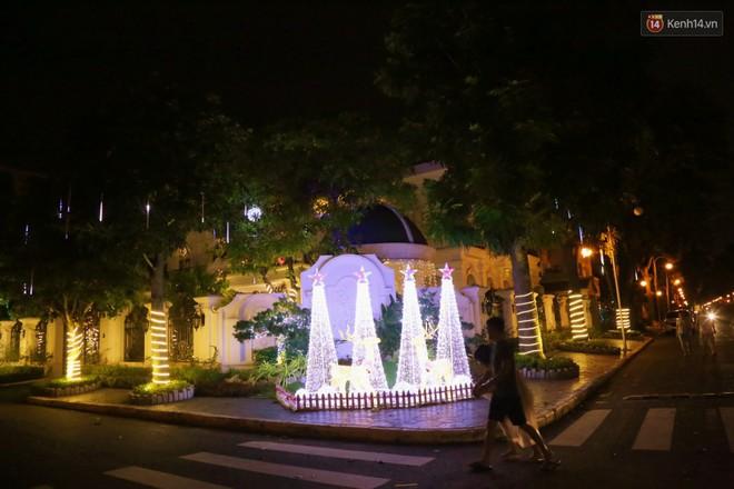 Những biệt thự triệu đô ở phố nhà giàu Sài Gòn được trang hoàng lộng lẫy như cung điện để đón Noel - Ảnh 6.