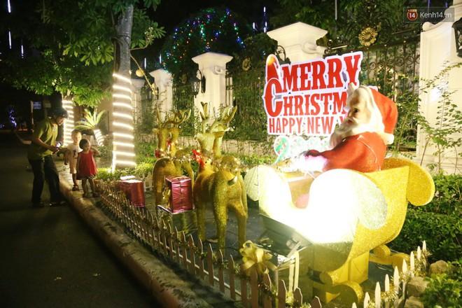 Những biệt thự triệu đô ở phố nhà giàu Sài Gòn được trang hoàng lộng lẫy như cung điện để đón Noel - Ảnh 10.
