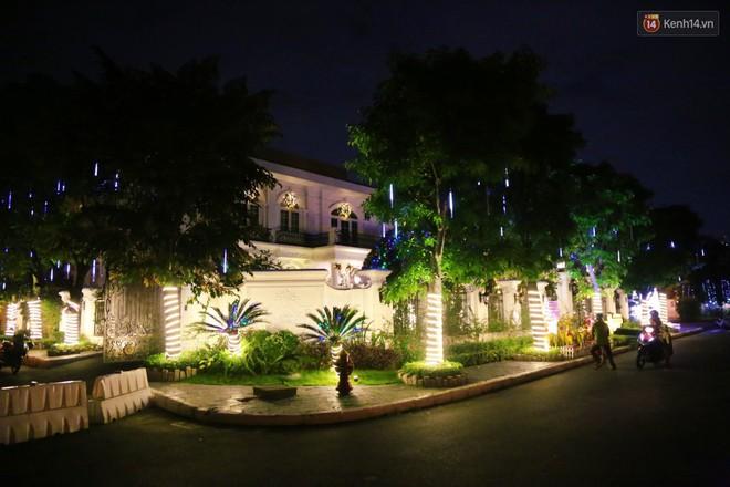 Những biệt thự triệu đô ở phố nhà giàu Sài Gòn được trang hoàng lộng lẫy như cung điện để đón Noel - Ảnh 1.