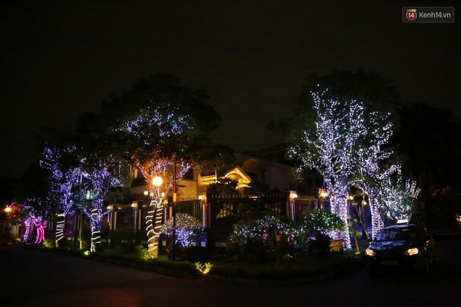 Những biệt thự triệu đô ở phố nhà giàu Sài Gòn được trang hoàng lộng lẫy như cung điện để đón Noel - Ảnh 2.