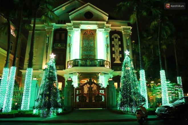 Những biệt thự triệu đô ở phố nhà giàu Sài Gòn được trang hoàng lộng lẫy như cung điện để đón Noel - Ảnh 4.