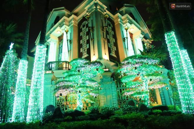 Những biệt thự triệu đô ở phố nhà giàu Sài Gòn được trang hoàng lộng lẫy như cung điện để đón Noel - Ảnh 3.
