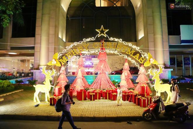 Những biệt thự triệu đô ở phố nhà giàu Sài Gòn được trang hoàng lộng lẫy như cung điện để đón Noel - Ảnh 16.