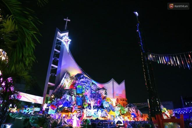 Người Sài Gòn đổ về xóm đạo đẹp nhất Gò Vấp để vui chơi, chụp ảnh trong mùa Giáng sinh - Ảnh 2.