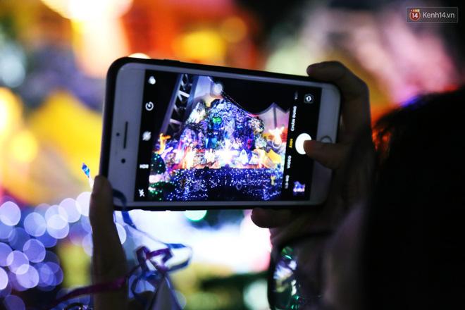 Người Sài Gòn đổ về xóm đạo đẹp nhất Gò Vấp để vui chơi, chụp ảnh trong mùa Giáng sinh - Ảnh 10.