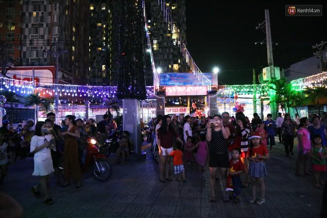 Người Sài Gòn đổ về xóm đạo đẹp nhất Gò Vấp để vui chơi, chụp ảnh trong mùa Giáng sinh - Ảnh 9.