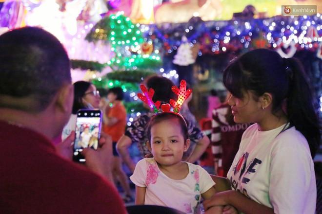 Người Sài Gòn đổ về xóm đạo đẹp nhất Gò Vấp để vui chơi, chụp ảnh trong mùa Giáng sinh - Ảnh 11.
