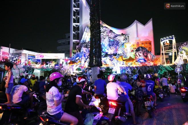 Người Sài Gòn đổ về xóm đạo đẹp nhất Gò Vấp để vui chơi, chụp ảnh trong mùa Giáng sinh - Ảnh 3.