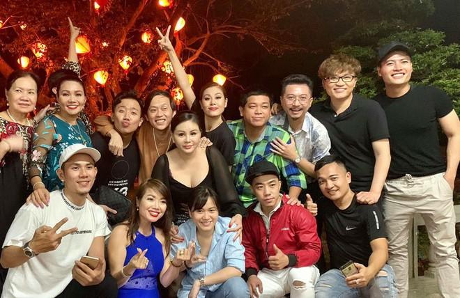 Trấn Thành, Lê Giang, Nam Thư cùng dàn nghệ sĩ quây quần bên nhau mừng sinh nhật Hoài Linh