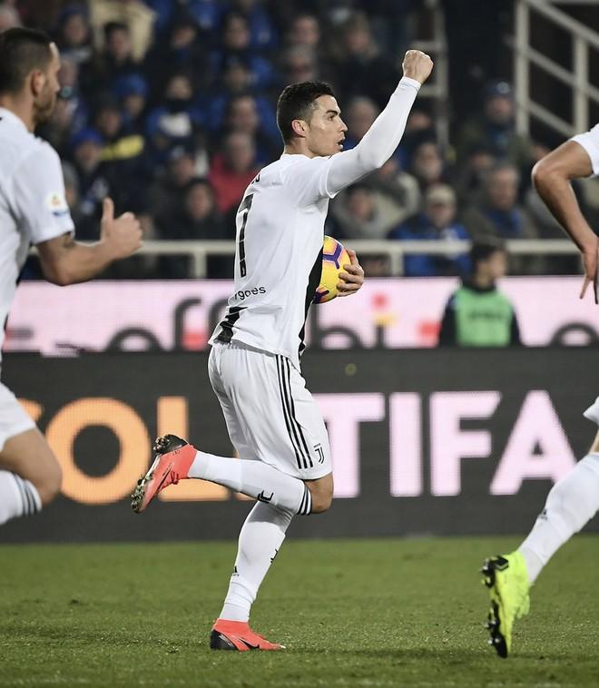 Vào sân từ ghế dự bị, Ronaldo đóng vai đấng cứu thế giúp Juventus thoát thua hú hồn - Ảnh 4.