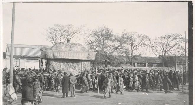 Ảnh hiếm trong tang lễ Từ Hi thái hậu qua ống kính phóng viên Hà Lan: Xa hoa bậc nhất, đoàn người đưa tiễn dài vô tận - ảnh 7