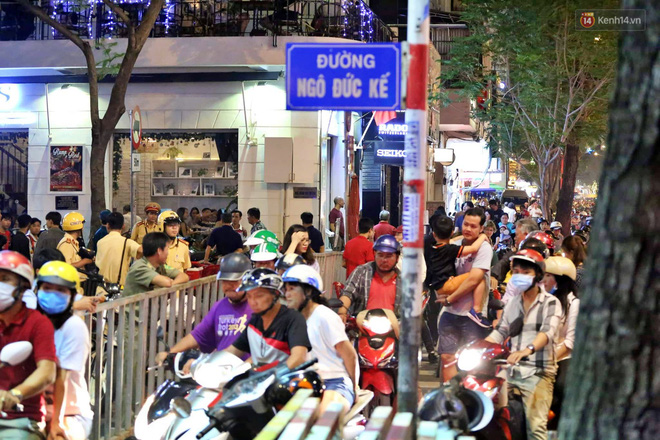 TP. HCM: Hàng nghìn người đổ xuống đường đón năm mới, khu vực trung tâm ùn tắc kéo dài nhiều cây số - Ảnh 3.