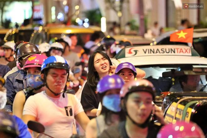 TP. HCM: Hàng nghìn người đổ xuống đường đón năm mới, khu vực trung tâm ùn tắc kéo dài nhiều cây số - Ảnh 5.