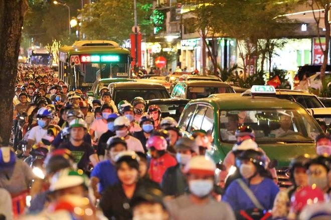 TP. HCM: Hàng nghìn người đổ xuống đường đón năm mới, khu vực trung tâm ùn tắc kéo dài nhiều cây số - Ảnh 2.