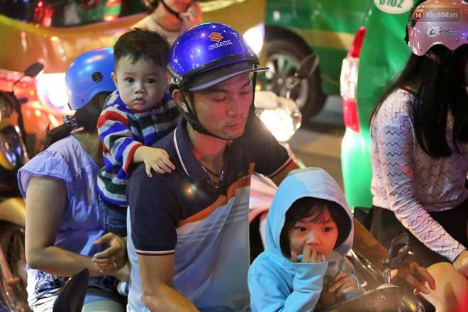 TP. HCM: Hàng nghìn người đổ xuống đường đón năm mới, khu vực trung tâm ùn tắc kéo dài nhiều cây số - Ảnh 4.