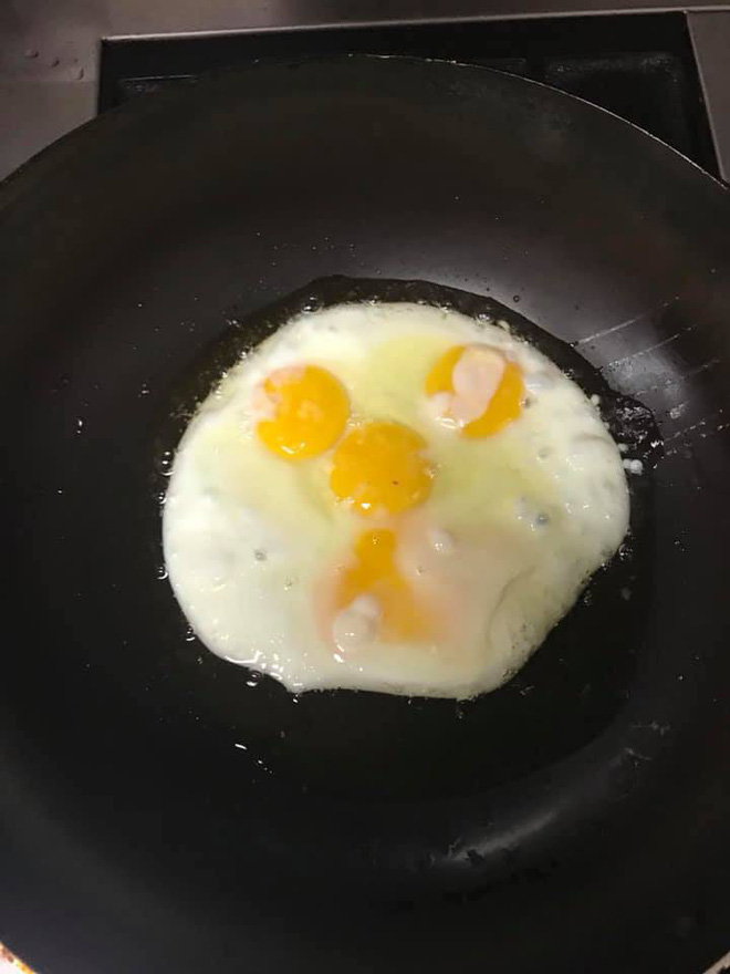 Mua hẳn khuôn về ốp trứng cho ngầu, chủ thớt cho ra tác phẩm tái hiện mặt người ngoài hành tinh - Ảnh 4.