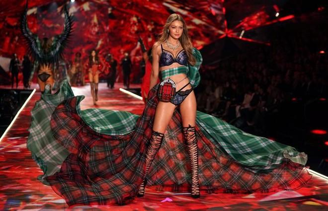 Victorias Secret Fashion Show 2018 ế ẩm, rating thấp kỷ lục dù được quảng cáo là show diễn tham vọng nhất từ trước đến nay - Ảnh 3.