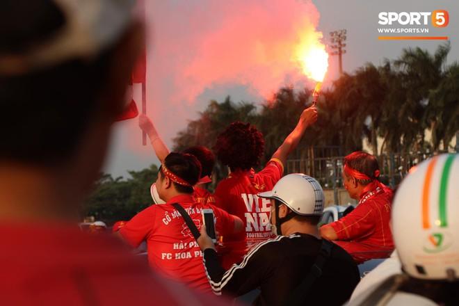 Cổ động viên đốt pháo sáng đỏ rực trời trước giờ xung trận của đội tuyển Việt Nam - Ảnh 6.