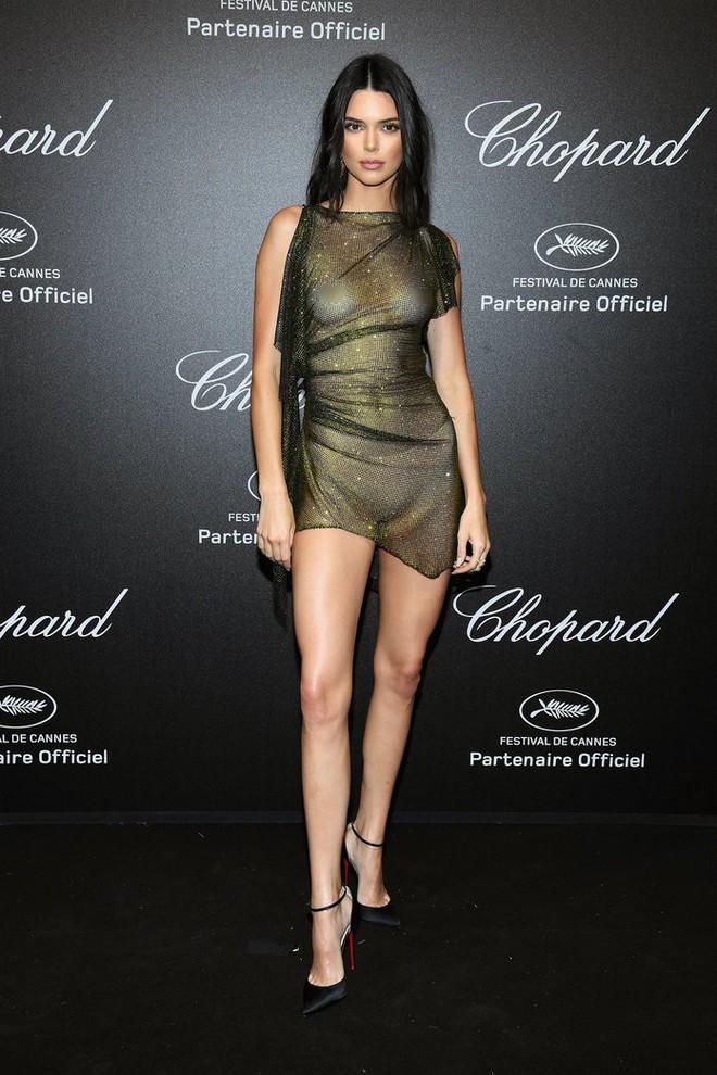 11 bộ váy hở kinh điển của 2018: Bella - Kendall khoe hết của nả, Kim gây lú với thiết kế ảo ảnh nhưng sốc nhất lại là J.Lo - ảnh 1