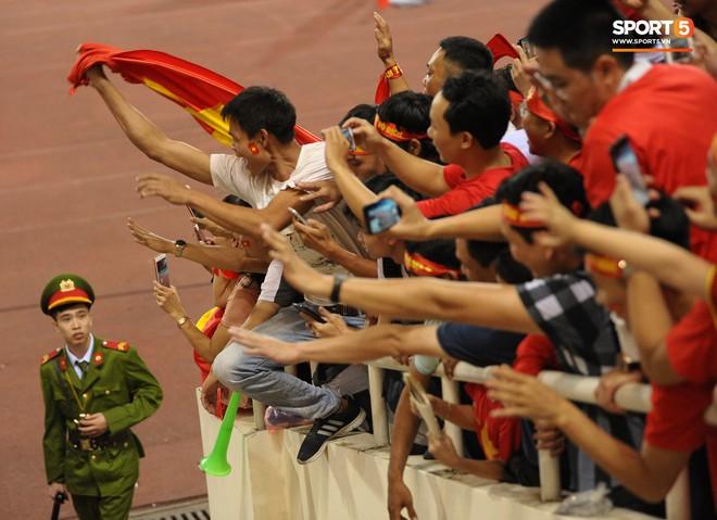 Xuân Trường, Văn Toàn check-in cực nhắng cùng hội anh em cây khế sau trận thắng Philippines - Ảnh 7.