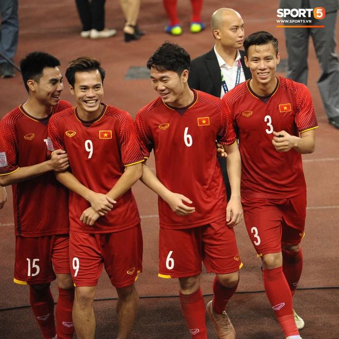 Xuân Trường, Văn Toàn check-in cực nhắng cùng hội anh em cây khế sau trận thắng Philippines - Ảnh 2.