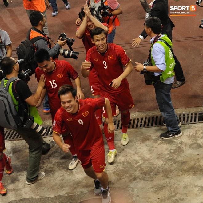 Xuân Trường, Văn Toàn check-in cực nhắng cùng hội anh em cây khế sau trận thắng Philippines - Ảnh 6.
