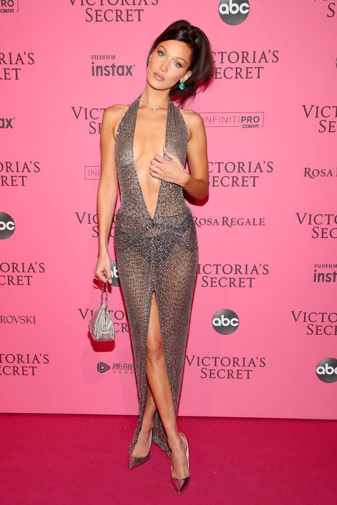 11 bộ váy hở kinh điển của 2018: Bella - Kendall khoe hết của nả, Kim gây lú với thiết kế ảo ảnh nhưng sốc nhất lại là J.Lo - ảnh 2