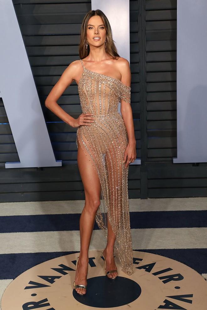 11 bộ váy hở kinh điển của 2018: Bella - Kendall khoe hết của nả, Kim gây lú với thiết kế ảo ảnh nhưng sốc nhất lại là J.Lo - ảnh 3